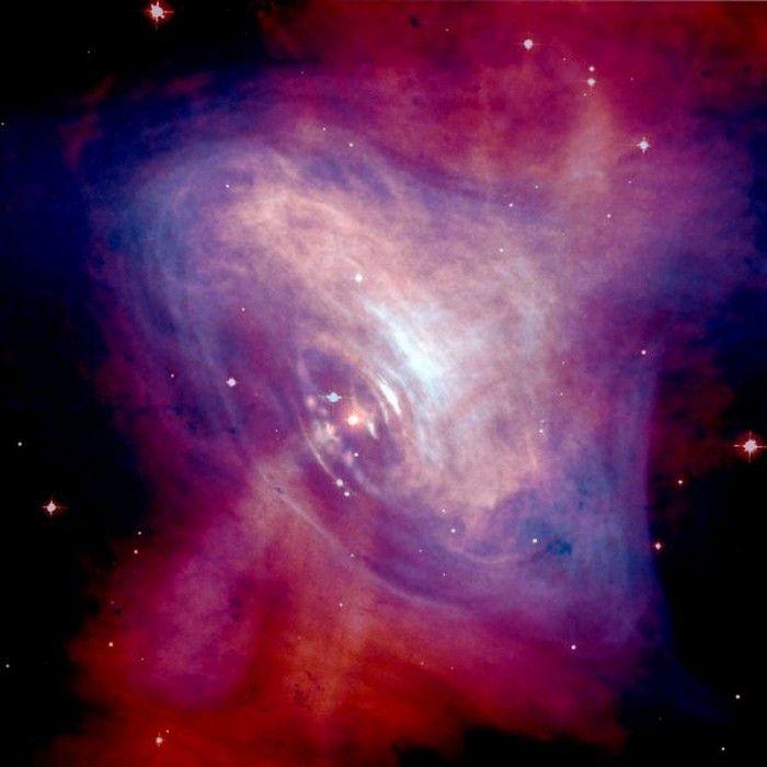 L'explosion d'une supernova dans la constellation du Crabe en 1054 a fait place à un pulsar au coeur d'une nébuleuse en perpétuelle expansion formée par l'enveloppe de l'étoile. Crédits : NASA