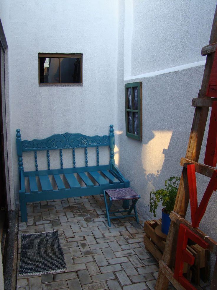 a entrada da casa: um banco que era cama, uma escada com letreiros, um painel de fotos que era janela, vasinhos de flores, banquinho de pescaria...