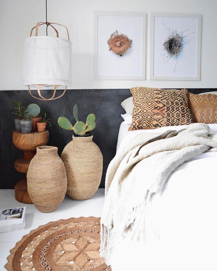 Un look bohème et ethnique dans la chambre avec ces cactus et ces tonalités sable