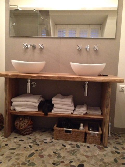 (Welbie Sanitair) Badkamer Wijchen. Eindresultaat. Waskommen op een meubel van ruw eiken, kiezels op vloer, tegel van 100x300cm op wand. Meer informatie voor eigen badkamer ontwerp op www.welbie.nl