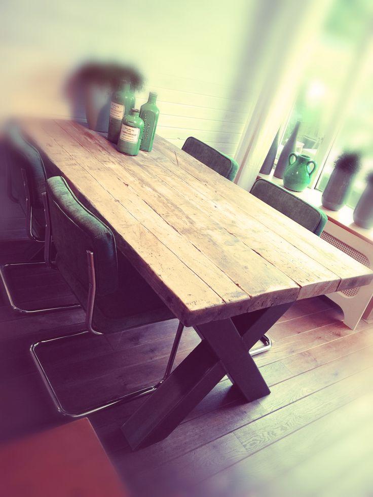 Steigerhouten balken tafel met stalen kruizen