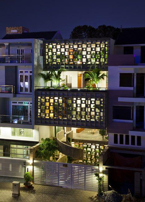 Casa em Ho Chi Minh (antiga Saigon, no Vietnã) que utilizou cobogós de concreto na fachada para preservar parte do interior ao mesmo tempo que dá um efeito estético interessante, principalmente com a iluminação e o paisagismo.