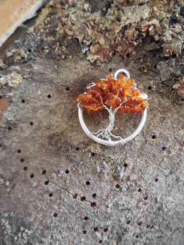 Zilveren hanger (handgemaakt) met barnsteen als blaadjes van een levensboom. Herfst.