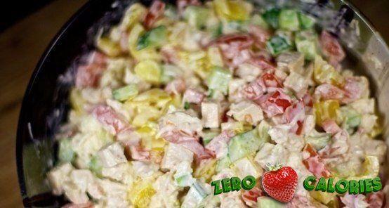 Салат с курицей и овощами на 100грамм - 71.45 ккал, Б/Ж/У - 9.9/2.22/2.49