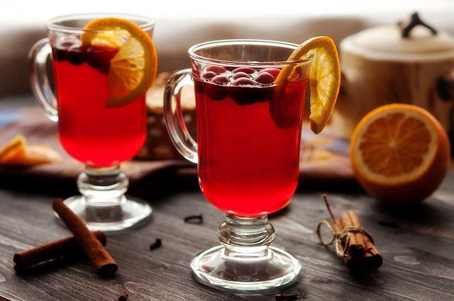 Клюквенный чай с лимоном лимон – 1 шт. клюква – 3 ст.ложки зеленый чай – 1 ст.ложка сахар – 2 ст.ложки или мед – по вкусу вода – 1 литр 1. Вскипятите 1 литр воды. В заварочном чайнике заварите зеленый чай (примерно 500 мл воды) и дайте ему настояться около 5 минут.  2. В отдельную посуду нарежьте лимон (4-5 ломтиков),  добавьте сахар или мед. Добавьте клюкву и подавите ее толкушкой до появления сока.  3. Залейте смесь заваркой, регулируя нужную крепость чая кипятком.