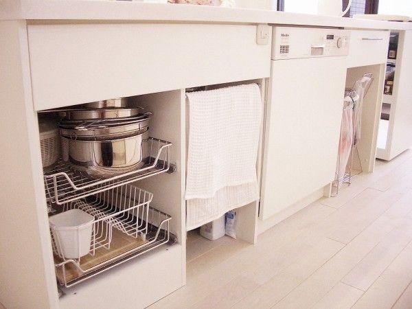 アイランドキッチンの足元は食洗機以外全てオープンに リビング