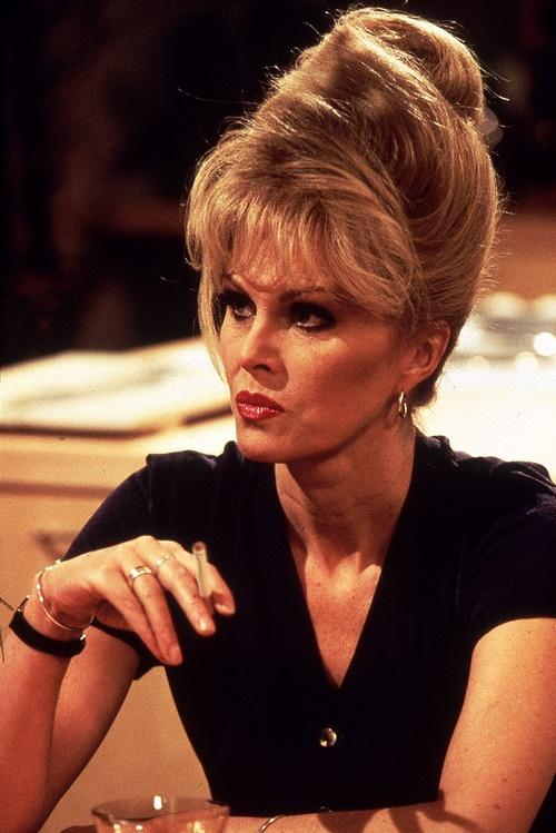 Patsy Elle a l'air furibarde, et si méchante, alors que Joanna LUMLEY est certainement très chaleureuse.