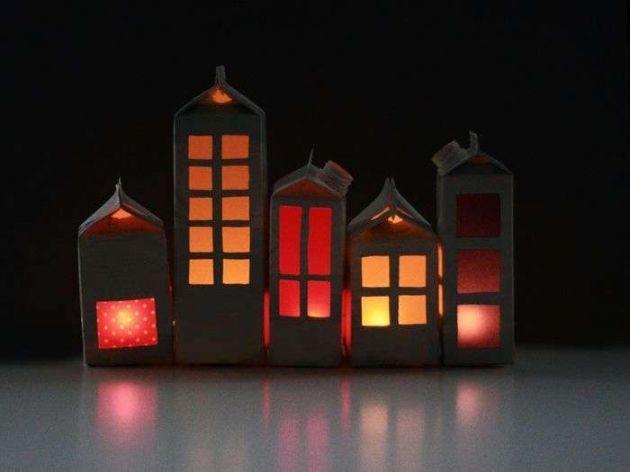 Melkkarton huisjes maken. De buitenkant (2x) met zwarte (schoolbord)verf verven en een uitsparing onderin voor een lichtje. Leuk voor de sinterklaastijd. Ook leuk met een grachtenpandtrapje in reliëf.