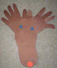 Manualidad de reno con huellas de los pies y de las manos