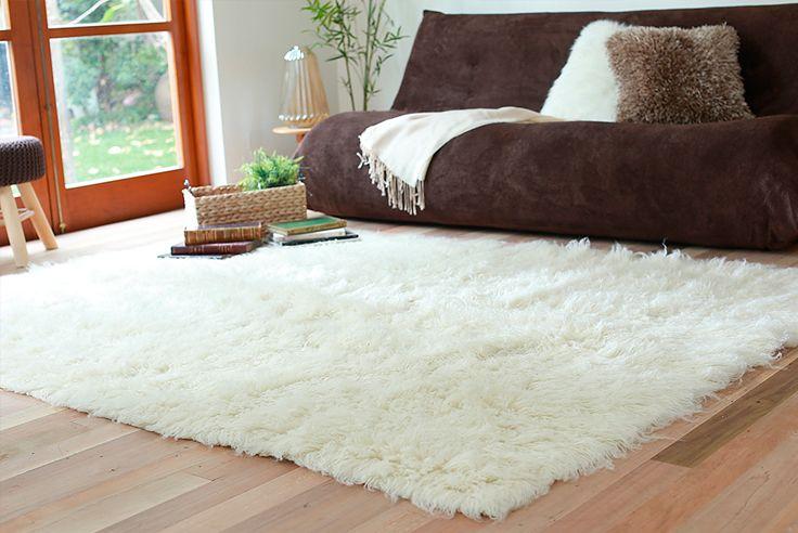 ¿Hay algo más rico que una #alfombra peludita y #suave para la #temporada? #Homy #Decoración #Living #Blanco
