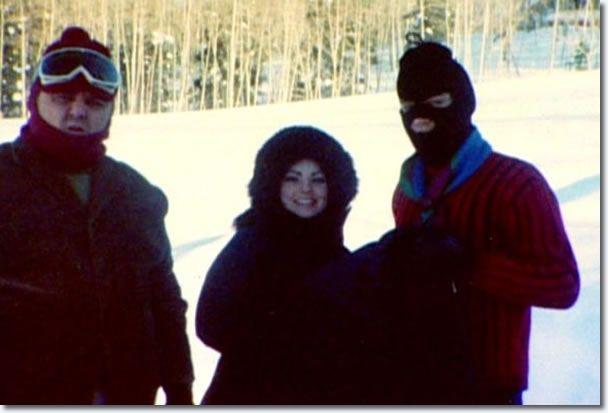 1969 1 24 Elvis et Priscilla Presley ,ils ne préparent pas de dévaliser une banque, habillés pour le froid!