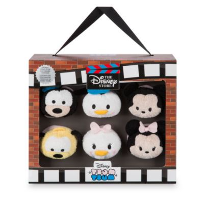Celebrate Disney Store's 30th Anniversary with this special mini Tsum Tsum boxed set. It features cute Tsum Tsum soft toy versions of six classic Disney favourites, dressed in the original Disney Store Cast Member costumes!