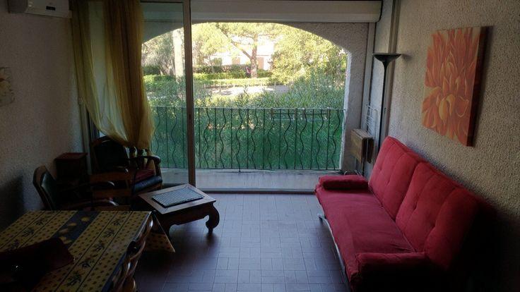 Adorable Appartement de 55 m2 Habitable, au calme proche du Port et Plage, au coeur d'un parc arboré de 3 Hectares. 1 er étage d'une résidence a faible charges. Il vous offre tennis, Piscine. Aucun travaux a prévoir. A visiter sans tarder.