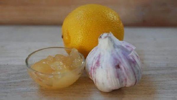 ingredience Budete potřebovat následující věci: 2 stroužky česneku čerstvou šťávu z 2 citronů 200 gramů medu Příprava 1. Nejprve oloupejte česnek a na jemno ho pokrájejte. 2. Pak ho smíchejte s ostatními ingrediencemi – medem a citronovou šťávou. 3. Směs přeneste do čisté skleněné uzavíratelné nádoby a nechte odstát 8 až 10 dní. užívání Užívejte …