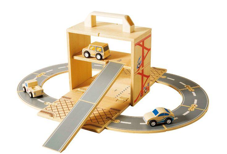 Apenas R$223,90. Um brinquedo inovador! Um lindo box que acondiciona vários carrinhos e uma pista para montar  e que quando aberto fara parte do cenário da grande brincadeira de faz de conta, Depois de tudo montado, uma garagem com rampa de acesso   estará pronta  pra uma brincadeira divertida e cheia de imaginação. Convide seus amigos para mais esse passeio espetacular.