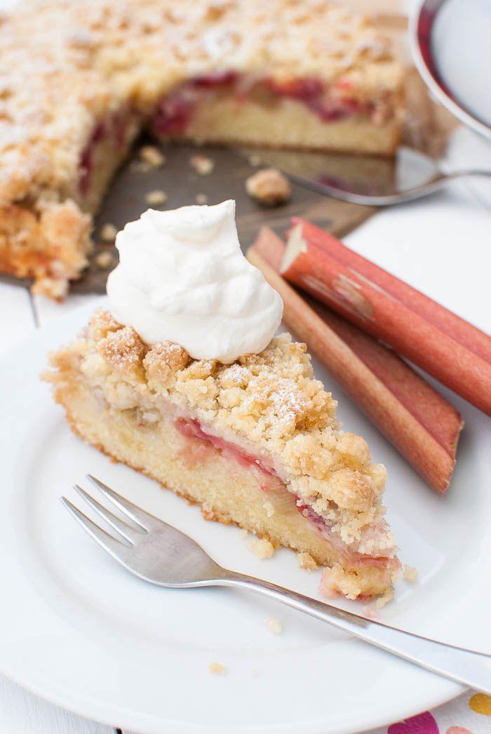 Erdbeer-Rhabarber-Streuselkuchen mit saftigem Rührteigboden | Kaffee & Cupcakes