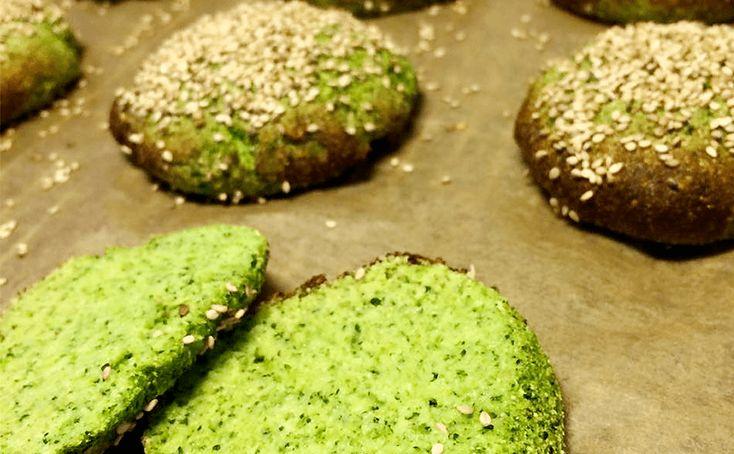 Facebook Pinterest Print EmailSunde og meget nemme broccoliboller. De tager ikke lang tid at lave og så smager de skønt. Brug dem f.eks. som burgerboller. Ingredienser til broccoliboller: 1 broccolihoved 4 æg 6 spsk. mandelmel 1,5 tsk. bagepulver 1 dl.…