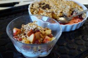 Bagte frugter og bær med et havregryns-crunchy låg og kanel. Perfekt til skyr om morgenen eller til is som dessert