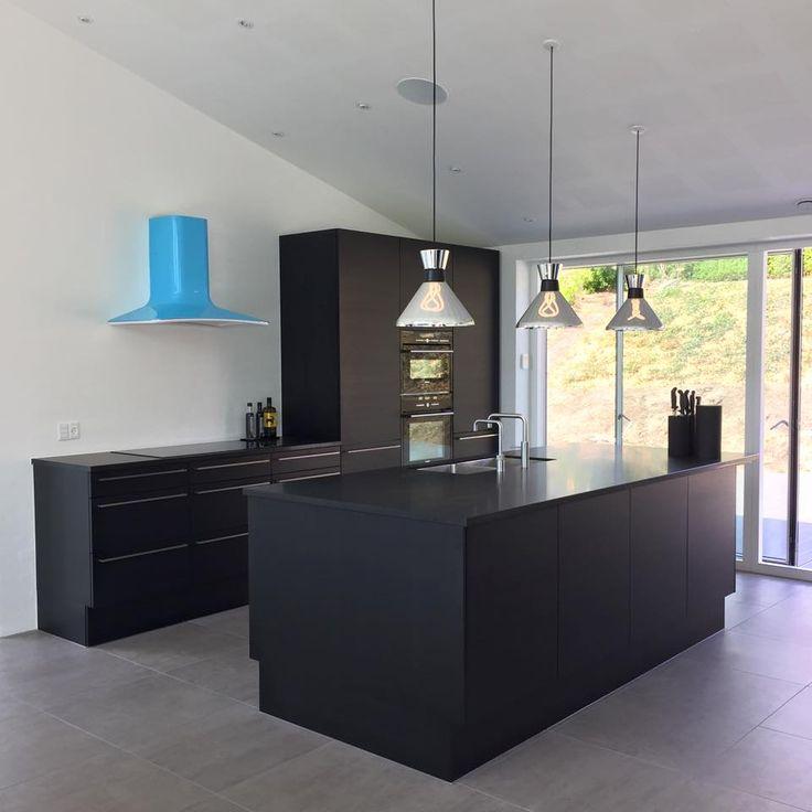 Flot moderne sort køkken, som har fået et touch af farve og charme ...