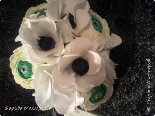 Флористика искусственная Свадьба Моделирование конструирование Букет невесты из белых анемон и нежных ранункулюсов Клей Ленты Проволока Фоамиран фом Фольга фото 4