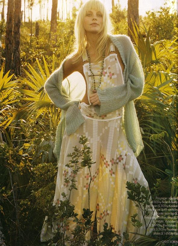 licht schuin van achteren zacht  lange jurk met bloemen, nonchalant vestje