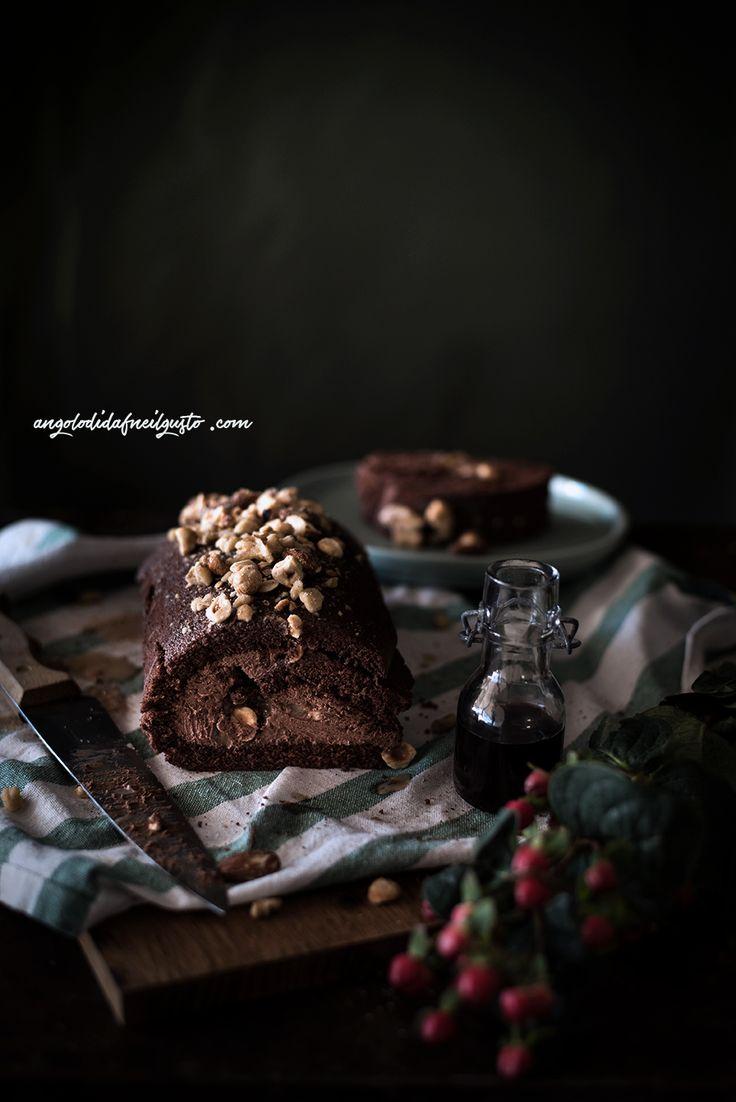 Chocolate mousse cake roll con salsa mou e frutta secca