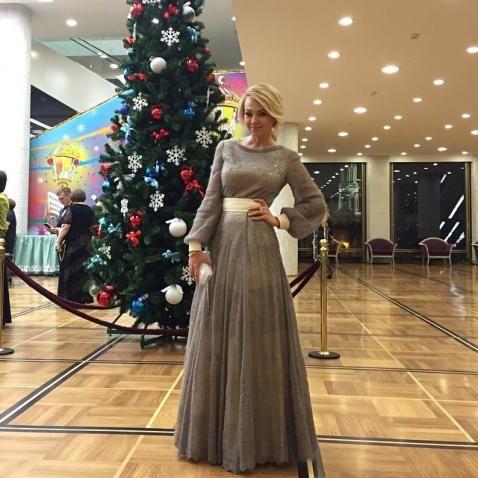 Яна Рудковская в платье из оренбургских платков