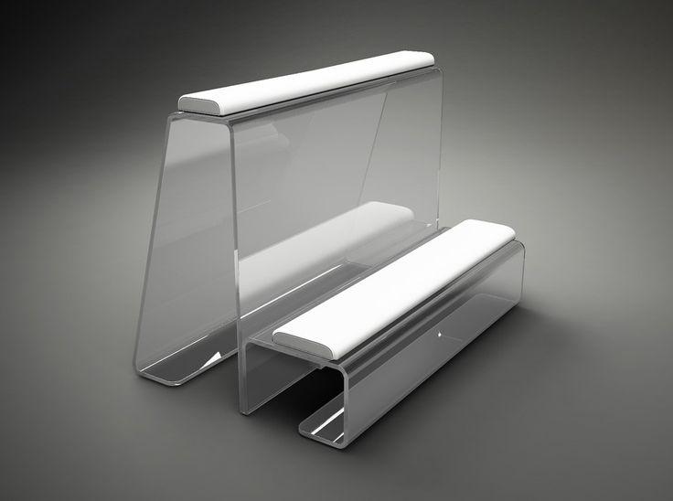 Inginocchiatoio per sposi realizzato in plexiglass trasparente da 15 mm, rifinito splendidamente in ogni suo angolo e curva. Possiede speciali cuscini in lattice realizzati con differenti spessori e densità e rivestiti in pelle color bianco.
