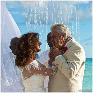 Giuliano e Grazia si sposano al tramonto... Viaggio di nozze? No, viaggio di matrimonio...   http://www.partyepartenze.it/2016/01/26/eleuthera-matrimonio-in-famiglia/