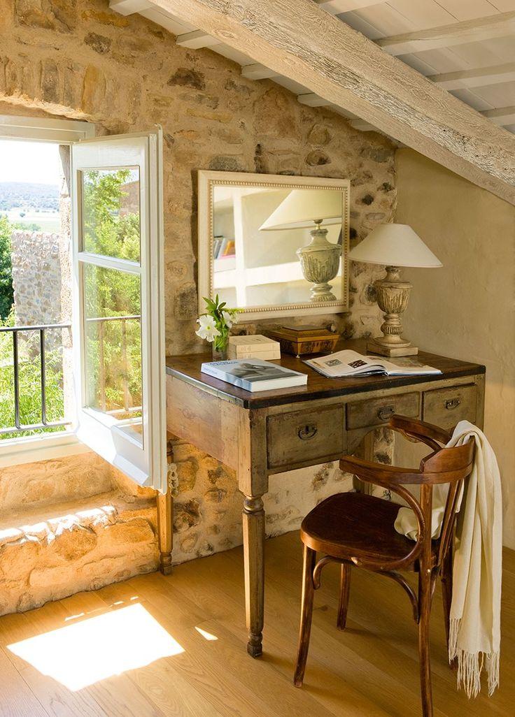 Rincón de escritorio en estancia rústica abuhardillada. Una pequeña zona de trabajo