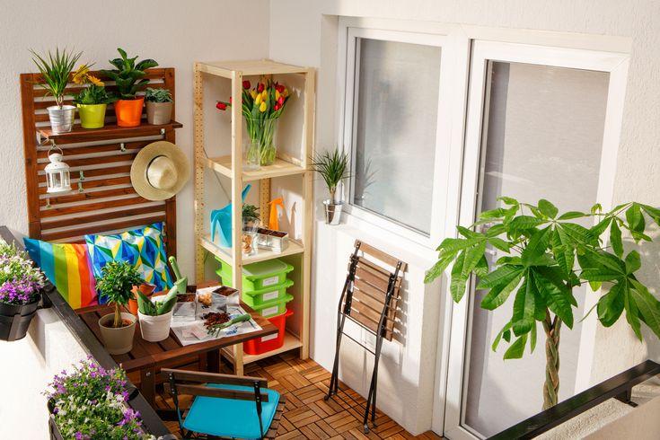 po i s ai o gr din de var chiar i n balcon cu jardiniere suspendate asortate cu ghivece. Black Bedroom Furniture Sets. Home Design Ideas