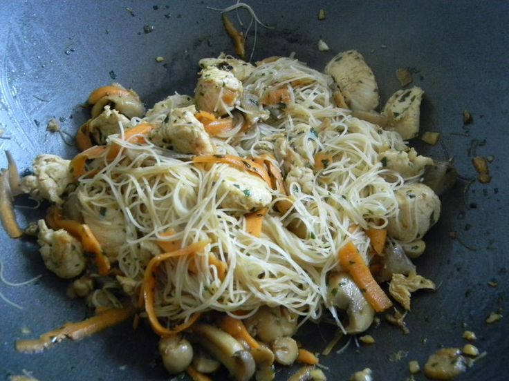 Wok de vermicelles de riz sautées au poulet