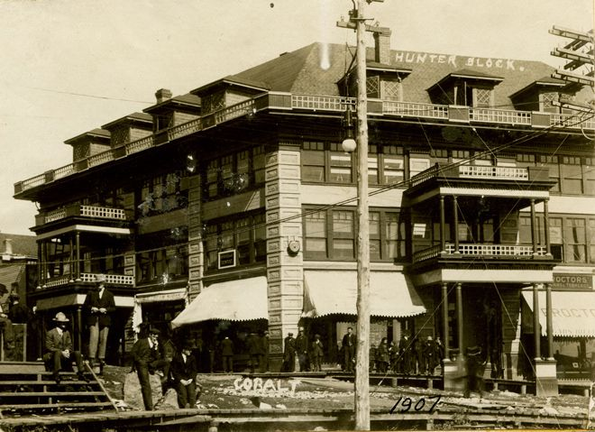 A photograph of the Hunter Block in 1907, one of the largest public buildings in town.