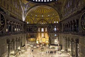 Santa Sofia Istanbul(71x 77m) 532-537 sotto il regno di Giustiniano. La pianta è quasi quadrata, divisa in 3 navate di cui la centrale è  31m, sormontata da una cupola emisferica affiancata da due  semicupole.  La cupola(ricostruita nel 563) poggia su 4 enormi pilastri sormontati da arconi a tutto sesto.  Sotto, una corona di 40 finestre la fanno apparire come sopra un anello luminoso. Sopra le navate laterali c'è il matroneo. Dopo  il 1453  fu rapinata di tesori e mosaici e divenne moschea.