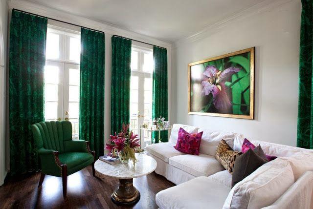 цветовое сочетание для спальни. Шторы зеленые, столик под мрамор, малиновые подушки и золотые детали