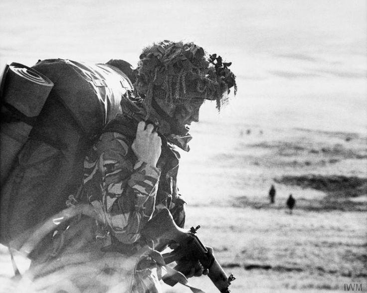 Después del desembarco en San Carlos, un paracaidista del 2º Batallón muy cargado, al sur del monte Sussex, el 21 de mayo de 1982. Desde allí el batallón atacó Goose Green.
