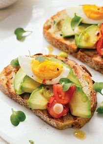 pan integral con aguacate y huevo cocido
