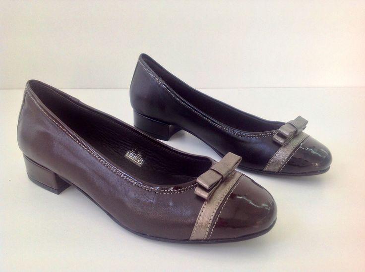 Zapato negro de tacón bajo (2,5 cm) adornado con puntera de charol y lazo. #cool #confort #chichas #zapatos #bailarinas #lazo #chic