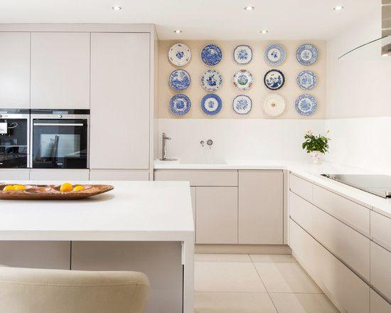 55 идей тарелок на стену: секреты необычного декора http://happymodern.ru/tarelki-na-stenu/ Гармоничное размещение тарелок на стене в кухне