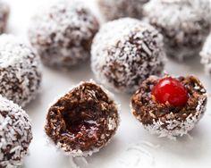 Avec un enrobage chocolaté qui fond dans la bouche et des arômes de noix de coco et de cerises au marasquin, ces boules de neige à la cerise feront le bonheur de tous. Servez-les sur une magnifiq
