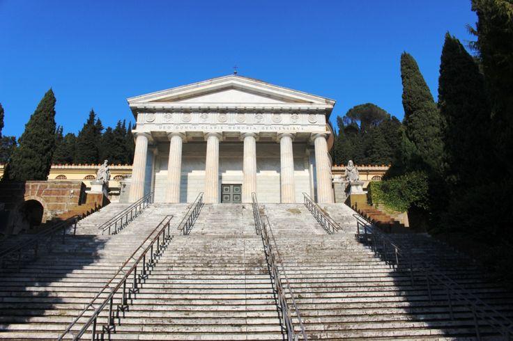 Il Cimitero Monumentale di Genova è uno dei più famosi d' Europa, La Cappella dei Suffragi da tutti chiamata Pantheon perché ispirato a quello romano.