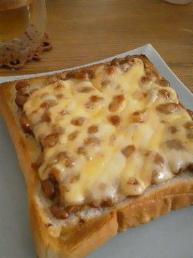 具材を覆うようにチーズ。ナッツ類とかマッシュルームとかベーコンとか。