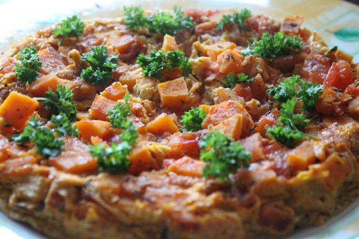 """BATATOMANIA czyli batat z jajkiem i pomidorem :) Przepis: 2 jajka, pół batata, 1 pomidor, 1 ząbek czosnku, sól, pieprz, tymianek do smaku, pietruszka do posypania; batata pokroić w kostkę około 1 cm i podsmażyć na oleju kokosowym (ok. 2 min), dodać posiekany ząbek czosnku i pokrojonego w kostkę pomidora, doprawić do smaku solą ,pieprzem, tymiankiem. Wlać roztrzepane jajka, patelnię przykryć. Zmniejszyć ogień i smażyć 10 min. Posypać pietruszką (lub kolendrą). """"Dieta Fit"""" Natalii Gackiej"""