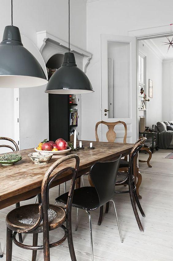 Ein Rustikaler Antiker Tisch Und Eine Mischung Aus Rustikalen Und Modernen  Stühlen Aus Metall, Holz
