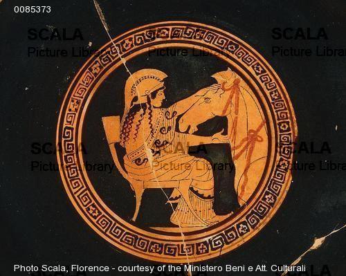 Kylix con Atena che costruisce il cavallo di Troia, Arte Greca Classica, V secolo a.C. Ceramica,Museo Archeologico, Firenze.  Questo vaso in ceramica, realizzato con la tecnica delle figure rosse su sfondo nero, rappresenta una scena mitologica, più precisamente, ritrae la dea Atena durante la costruzione del cavallo di Troia.