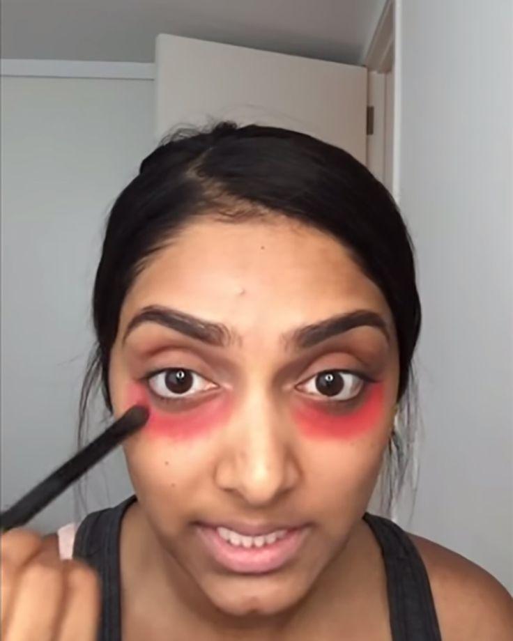 Se aplicó lápiz labial rojo en las ojeras para mostrarnos un milagroso truco de maquillaje