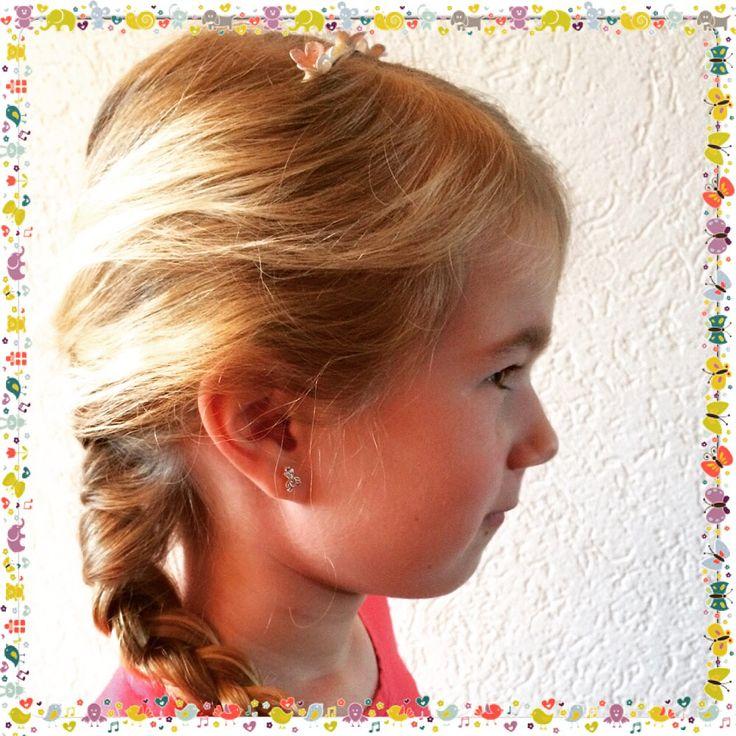 Een haarband ingevlochten.