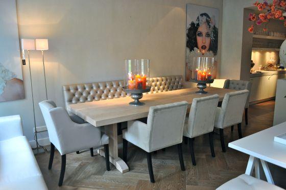 Mooie tafel met stoelen en een bankje