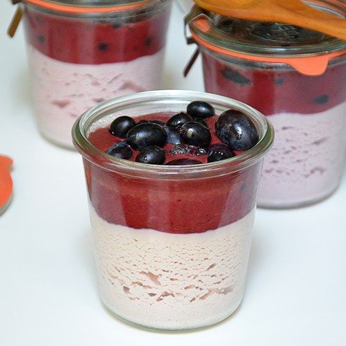 Yogurt casero raw vegan con coulis de cereza y uvas
