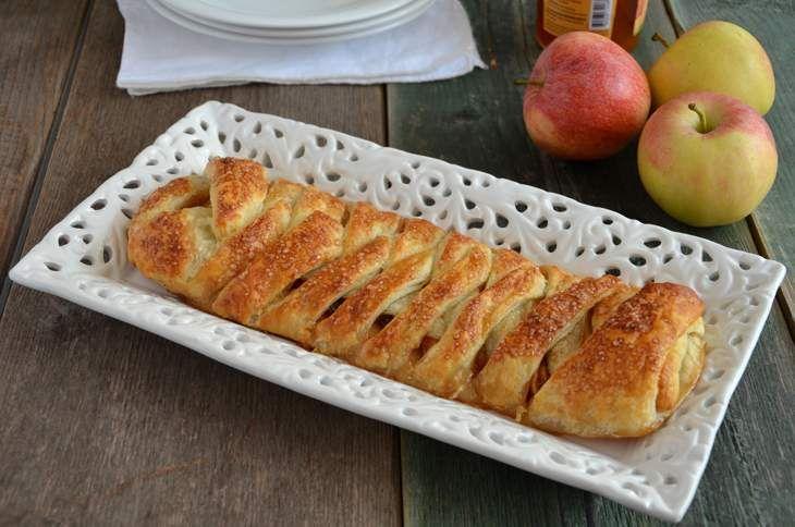 La treccia di pasta sfoglia alle mele è una ricetta facile, veloce e golosa. Il sapore richiama quello dello strudel ma la ricetta è molto più accessibile.